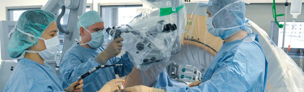 Bild: Ärzte bei einer Operation am Universitätsklinikum