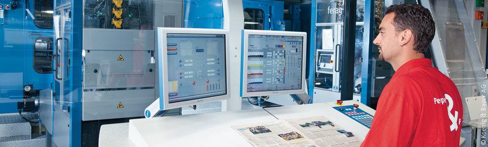 Bild: Mann vor Bildschirmen bei Koenig Bauer AG