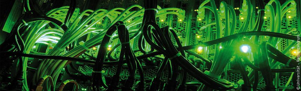 Bild: Kabel im Rechenzentrum der Universität